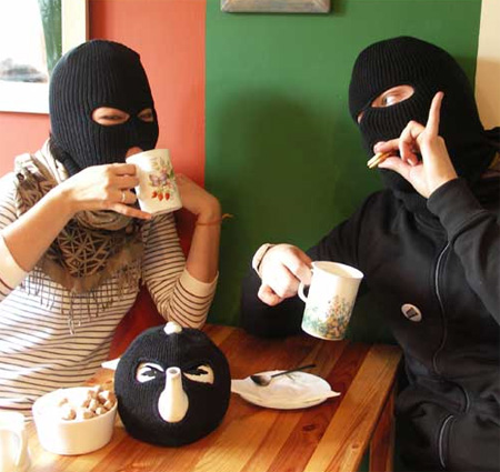 http://img252.imageshack.us/img252/9348/drinkingtea.jpg